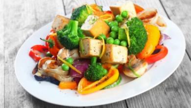 טופו ומגוון ירקות מוקפצים אסייתי