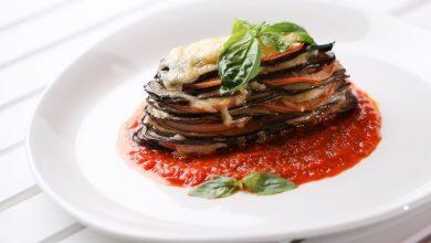 חצילים אפויים בתנור עם גבינה ורוטב עגבניות