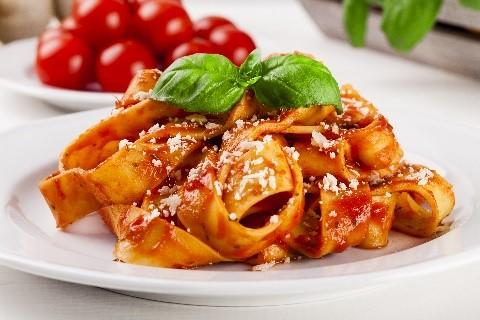 פטוצ'יני עם עגבניות ולבבות ארטישוק